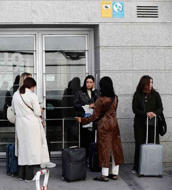 Turistas Esperando Recibir Llaves Vivienda Turistica